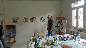 Mann im Atelier