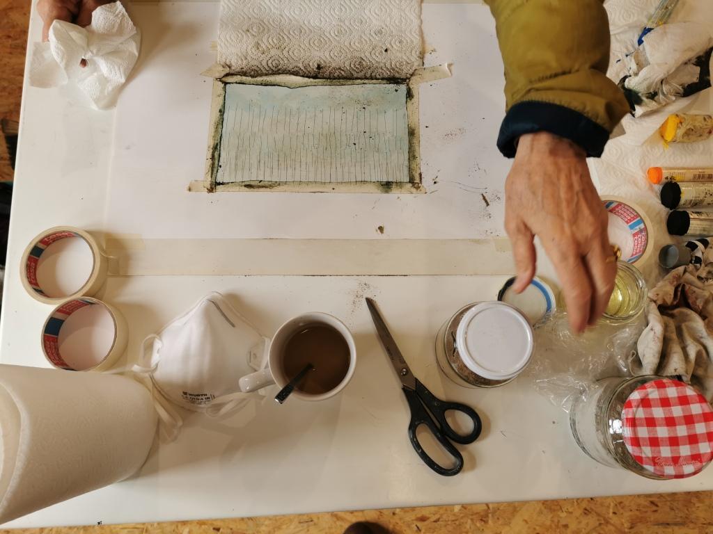 Tisch mit Farbe, Papier, Schere