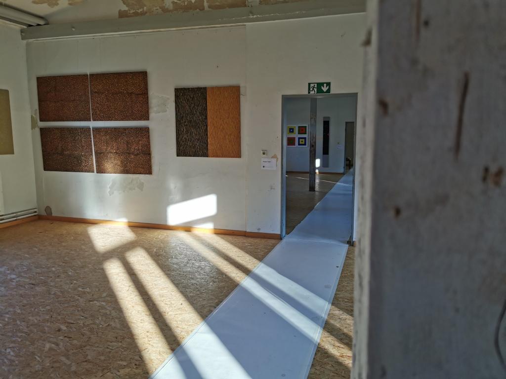 Raum mit Bildern und Sonnenstrahlen
