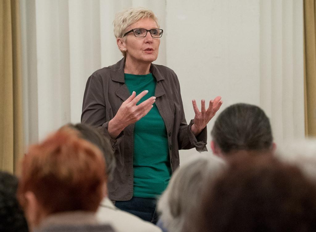 Frau sprechend mit Zuhörern