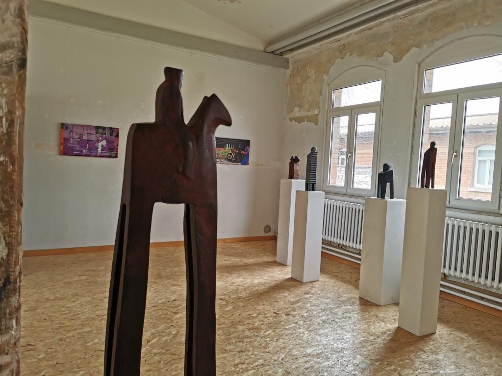 Holzskulptur in einer Ausstellung