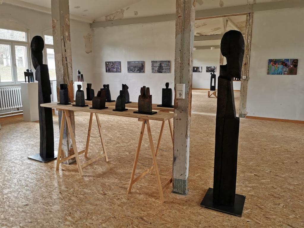 Skulpturen die in einem Raum stehen