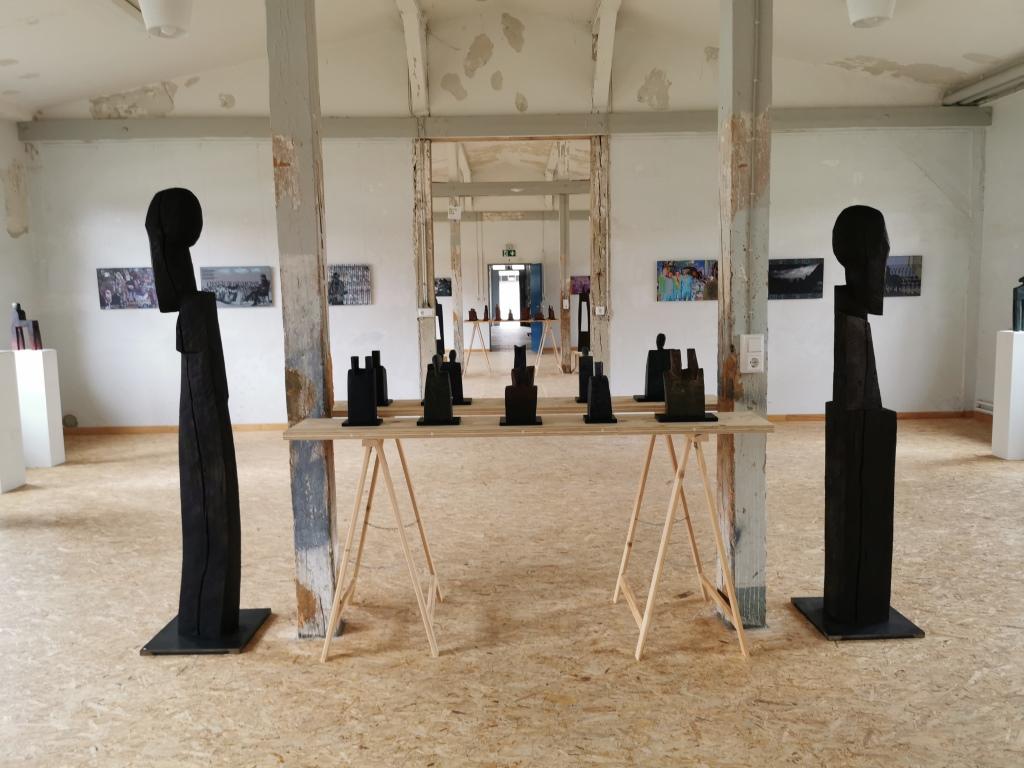 Skulpturen im Raum stehend
