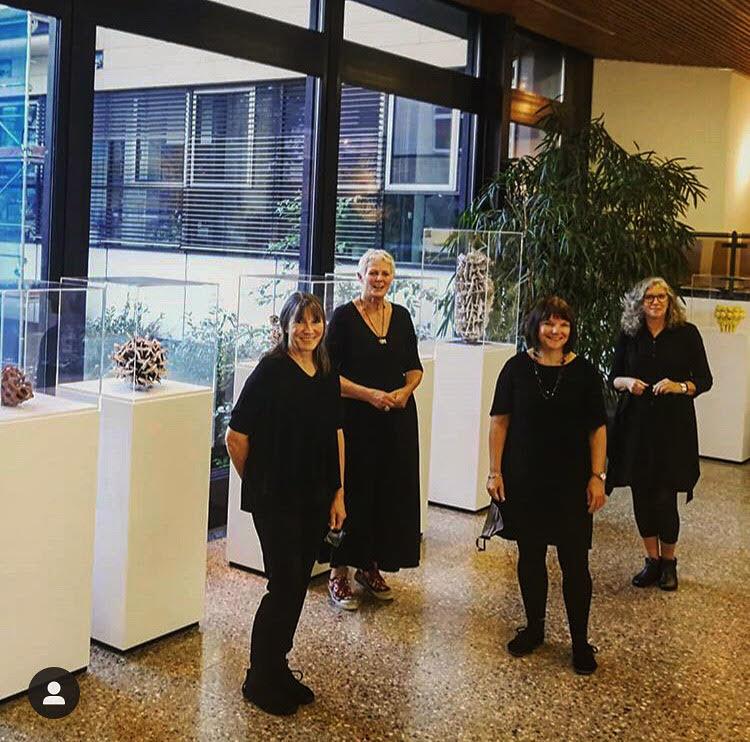 vier Frauen im Raum